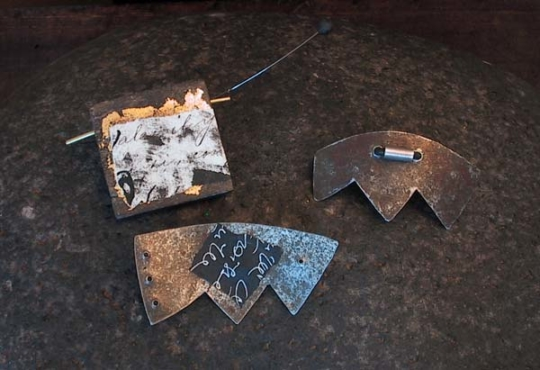 Contemporary brooches: oxidized and recycled metal Joyas
