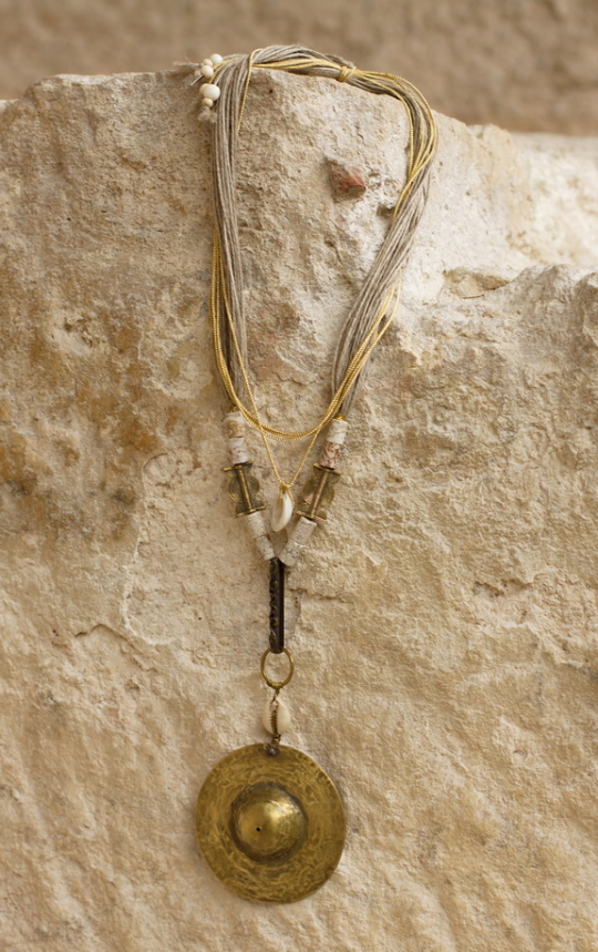 Hammered brass necklace with ancient ethnic beads Joyas