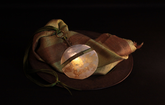 Mother of pearl pendant necklace patinated with gold leaf Joyas