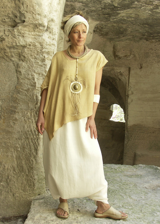 Top 'décalé' made of raw silk 'straw' color withy a raw silk sarouel natural color Necklace: pendant made of bone and hammered brass, ethnics beads, rush string and linen string Looks