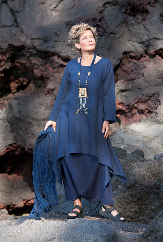 Pure linen vibrant blue Elke Tunic with flared sleeves Dark blue linen sarouel skirt Looks