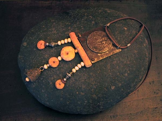 Ethnic jewelry: hammered recycled metal and ethnics pearls Joyas