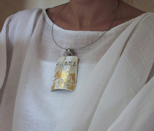 Contemporary horn necklace patinated with gold leaf Joyas