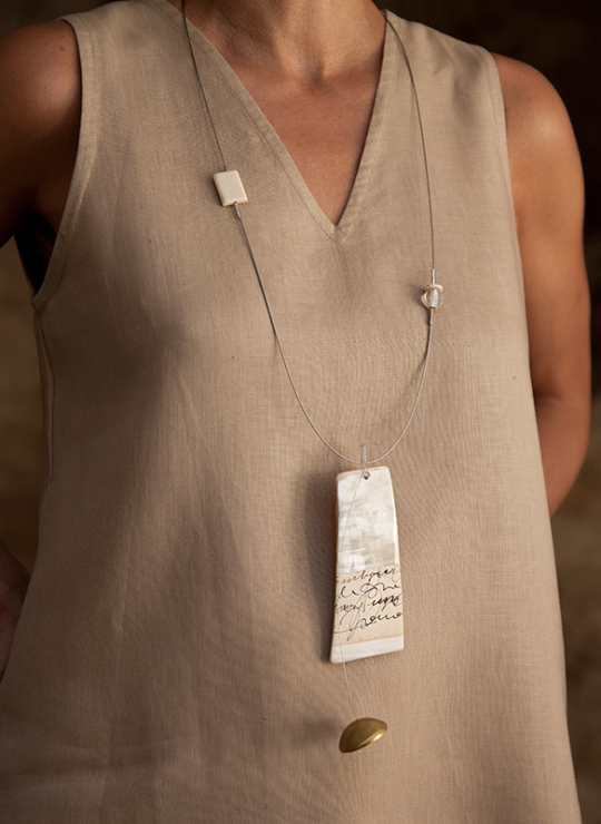 Contemporary jewel: horn necklace on stainless steel cable Joyas