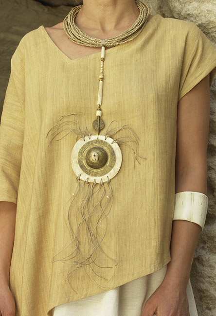Necklace: pendant made of bone and hammered brass, ethnics beads, rush string and linen string Joyas