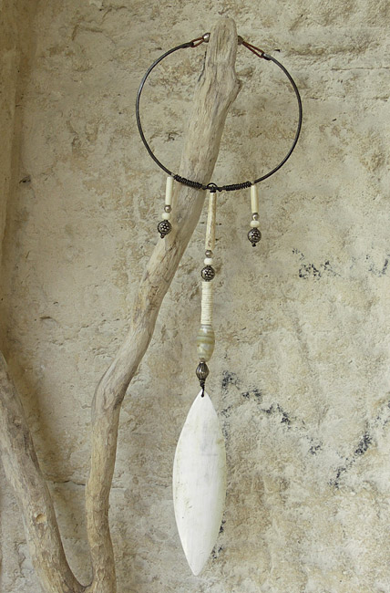 Necklace: long pendant made of horn, ethnics beads( old agate, indian and african beads, ostrich eggshells and bone), hammered iron and leather Joyas