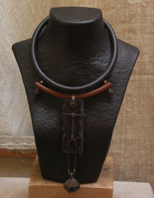 Ethnic necklace with ebony and an old bronze bell Joyas