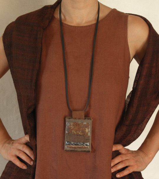 Long pendant necklace with linen and oxydized iron Joyas