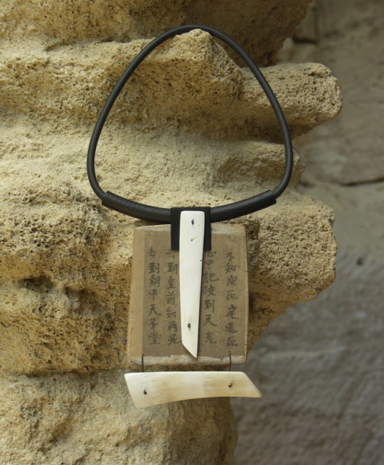Large necklace made of horn, paper and rubber Joyas