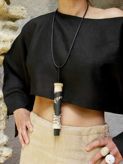 Pendant necklace: bamboo necklace with  calligraphy, rubber Joyas