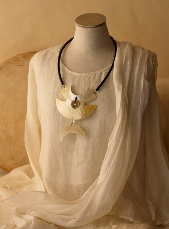 Large Necklace: Two hand cut mother of pearl pieces Joyas