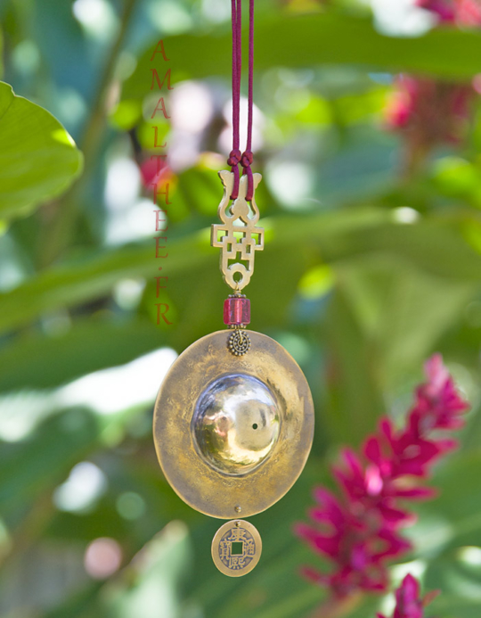 Oriental jewelry: Golden brass pendant with colored glass bead Joyas