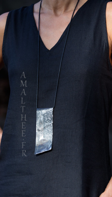 Contemporary jewellery: reclaimed hammered iron pendant with original calligraphy Joyas