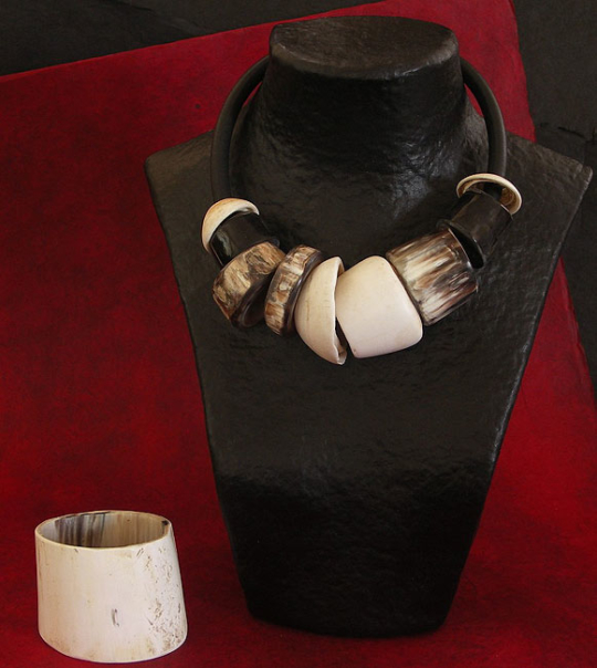 Spectacular ethnic necklacemade of horn and shells of Mauritania Joyas