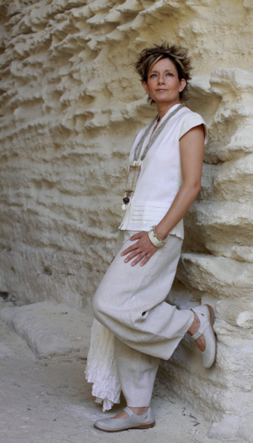 natural color linen pants with a silk/cotton blouse Looks