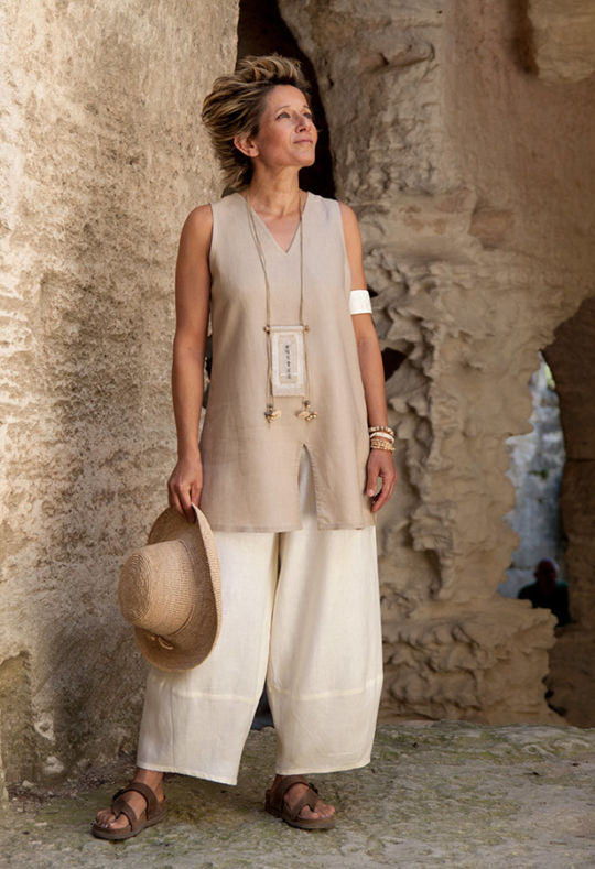 Safari style: sleeveless beige linen tunic and linen trousers. Looks